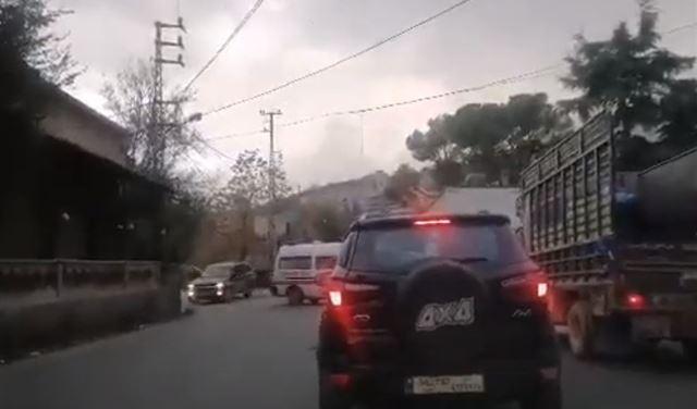 """بالفيديو: محتجّون يقطعون الطريق أمام سيارة """"الصليب الأحمر"""""""