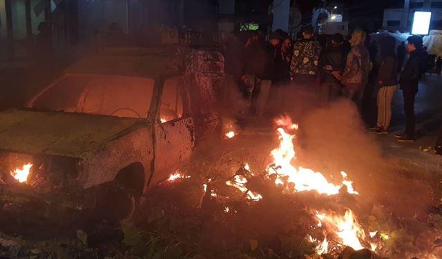 بالفيديو: مواطن يحرق سيارته عند تقاطع جب جنين - كامد اللوز