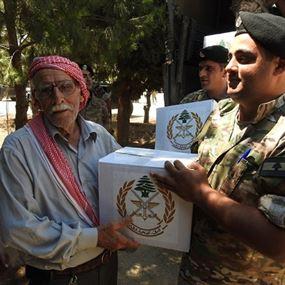 بالصور: الجيش يُوزع حصصًا غذائية لأهالي البقاع