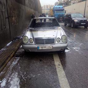 بالفيديو: احتراق سيارة على اوتوستراد خلدة