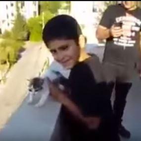 بالفيديو .. شاهد كيف رمى طفل