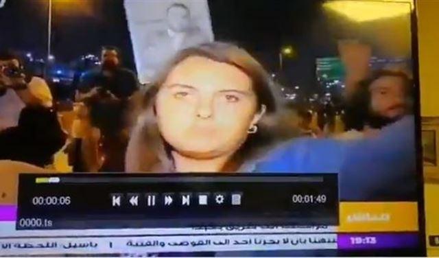 """بالفيديو: الإعتداء على مراسلة الـ""""otv"""" على طريق قصر بعبدا"""