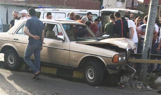 بالصورة: سيارة تصطدم بعمود وإصابة شخصين