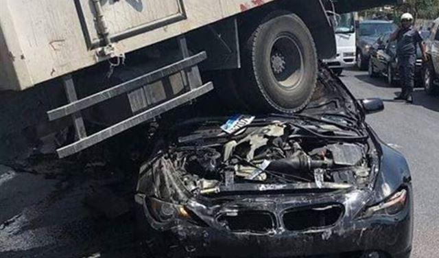 بالفيديو والصور: 4 جرحى بتصادم شاحنتين و 3 سيارات في المتن