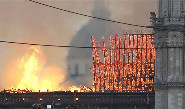"""مفاجأة... """"أحدب نوتردام"""" تنبأ بحريق الكاتدارائية قبل 188 عاما"""
