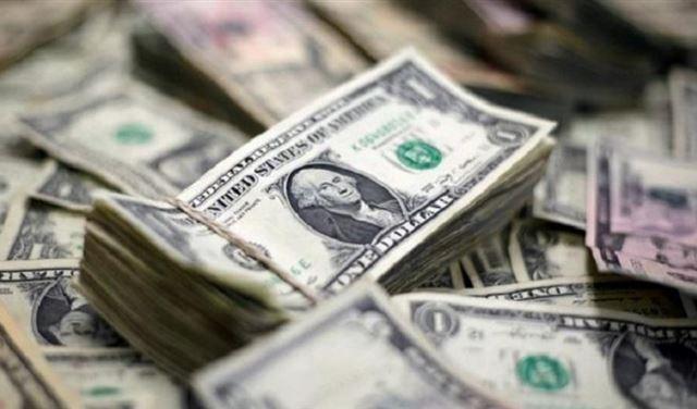 الدولار يرتفع الى أعلى مستوياته في 11 شهراً