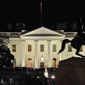 بالفيديو.. وميض غامض ينبعث من البيت الأبيض!