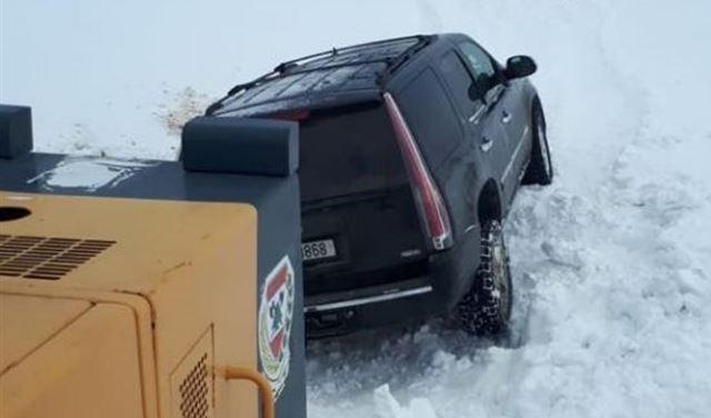 بالصور: إنقاذ مواطنين غمرتهم الثلوج على طريق ترشيش - زحلة