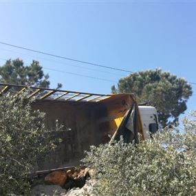 تدهور شاحنة في الدوير ونجاة سائقها