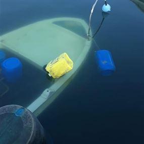 بالصور: انتشال زورق غرق في ميناء صور