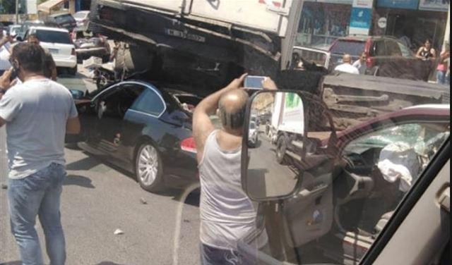 بالصور: 4 جرحى بتصادم شاحنتين و 3 سيارات على اوتوستراد المتن