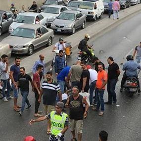 بالصور.. إنقلاب سيارة عن جسر قصقص