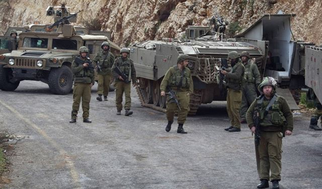 """""""مشاة"""" إسرائيلية تخرِقُ سياجَ ميس الجبل"""