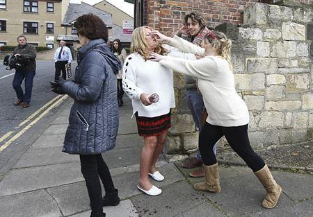 صور لمشاجرة نسائية قد تصبح الأشهر في تاريخ بريطانيا