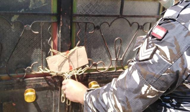 بالصور: إقفال مصنع بالشمع الأحمر في البقاع