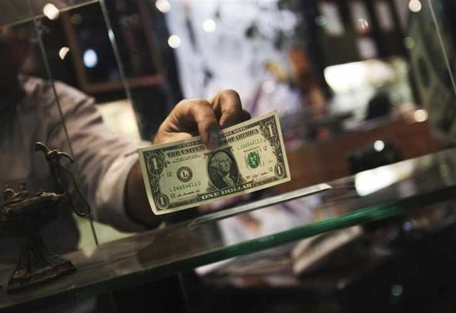 سعر الدولار يواصل إنخفاضه في السوق السوداء
