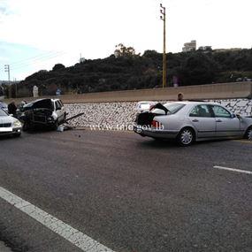 بالصورة: جريحان بحادث تصادم على اوتوستراد المدفون