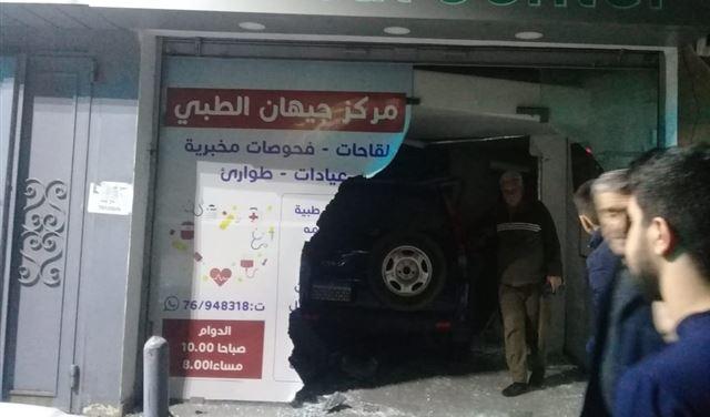 بالصورة: سيارة تقتحم صيدلية في الضاحية