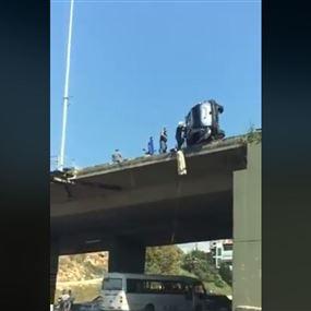 بالفيديو: انقلاب سيارة واستقرارها على جسر البالما