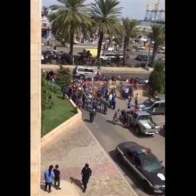 بالفيديو..  اصحاب البسطات إقتحموا مبنى بلدية طرابلس