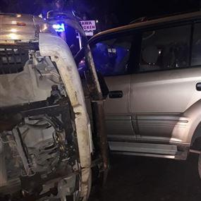 بالصور: إنقلاب شاحنة محملة بالحديد على سيارة في عاليه