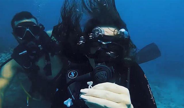 عرض زواج مبهر وإستثنائي تحت الماء في بحر صور (فيديو)