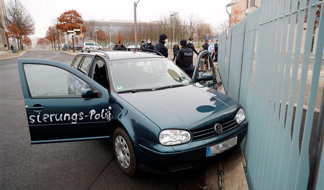 سيّارةٌ تصطدمُ ببوابةِ مقرّ ميركل في برلين