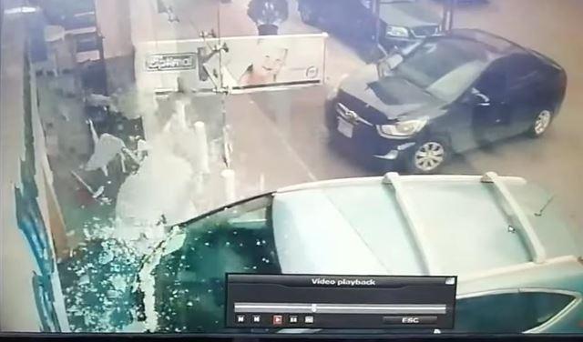 بالفيديو: سيارةٌ تجتاحُ صيدلية في عبرا
