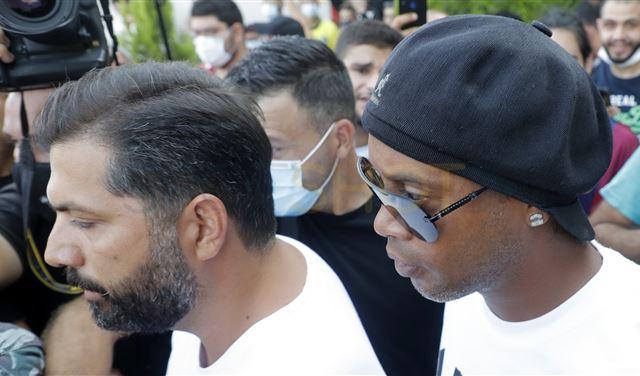 إشكالٌ وتدافع خلال زيارة رونالدينو ومحافظ بيروت يتحرّك