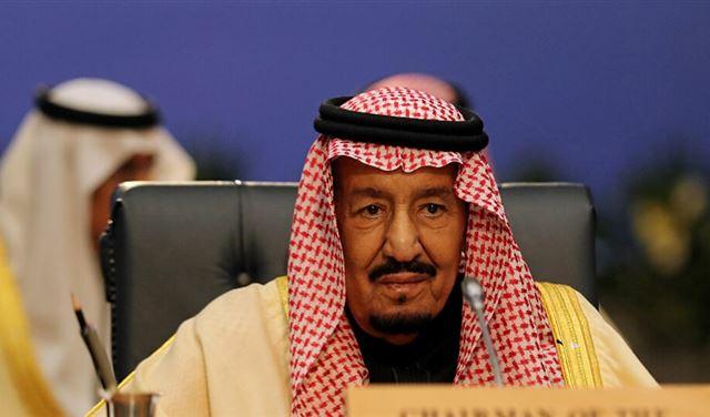 صورةٌ نادرةٌ للملك سلمان مرتديًا بزة
