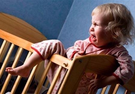 طفلك يستيقظ ليلاً... إليك الحل