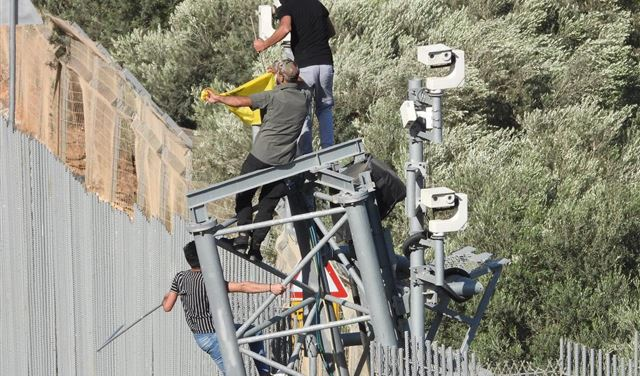 تسلقوا الجدار واقتلعوا كاميرات التجسس عند الحدود اللبنانية
