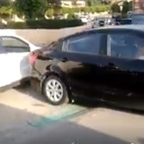بالفيديو: شابة تصدم سيارة 3 مرات عمدًا