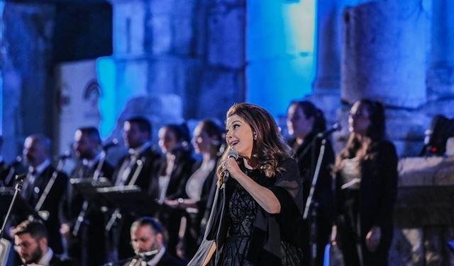 بالفيديو... الفنانة ماجدة الرومي تتعرض للإغماء على خشبة المسرح خلال حفلها