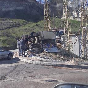 بالصور: جريح اثر انقلاب شاحنته