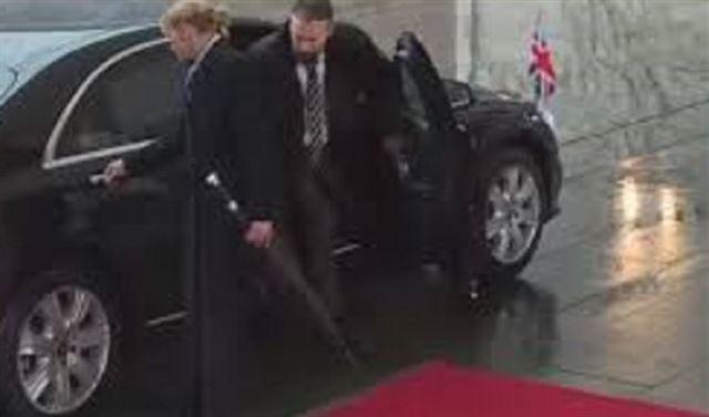 بالفيديو: ماي عالقة في السيارة وميركل تنتظرها في البرد
