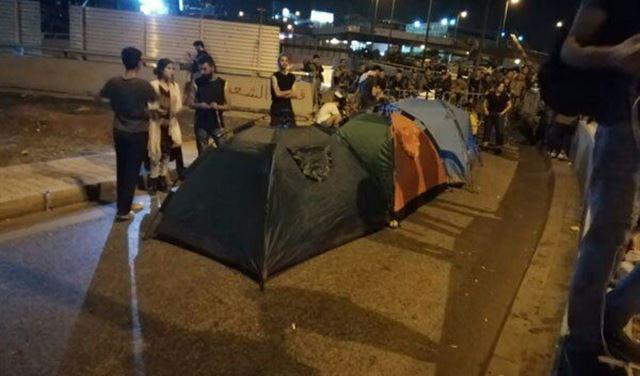 المحتجّون ينصبون خيمًا على طريق القصر الجمهوري