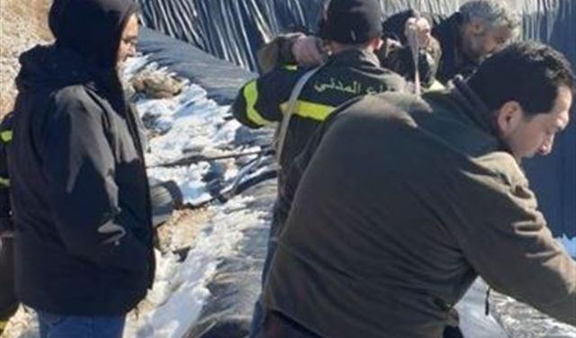 بالصور: إنقاذ ثعلبين علقا داخل سد مائي في عكار