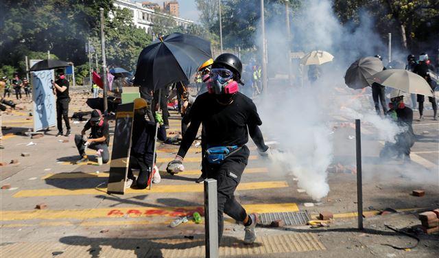 شرطة هونغ كونغ تطلق الغاز المسيل على الطلاب