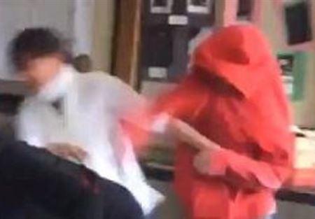 بالفيديو..  مصارعة في مدرسة المشاغبين تنتهي بضرب معلمة