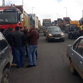 أصحاب الشاحنات يقطعون طريق ضهر البيدر..ويهددون بالتصعيد