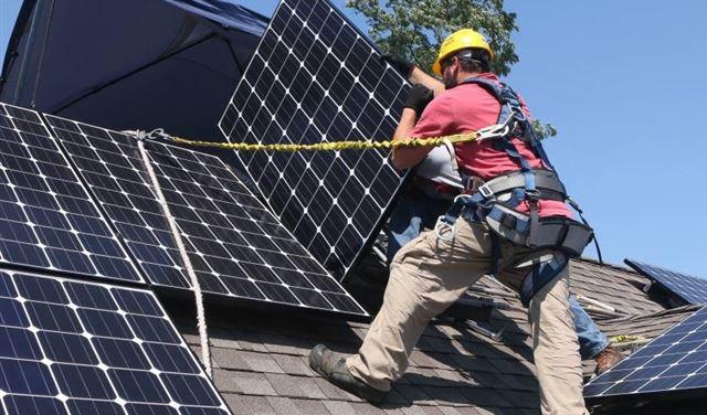 وحدات الطاقة الشمسية الفردية بديل أكثر جدية عن كل الوعود الزائفة... الكهرباء 24/24 حلم لا يتحقّق إلّا بالإتّكال على الذات