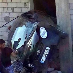 جريحة باصطدام سيارة بجدار منزل على طريق عام مركبا