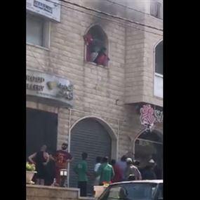 بالفيديو.. عاملات قفزن من النافذة هربًا من الحريق!