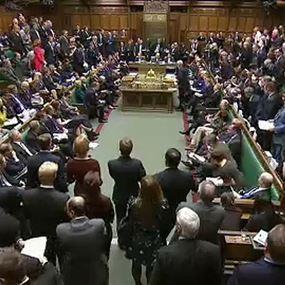 بالفيديو: نقاش حاد وصيحات استهجان في البرلمان البريطاني