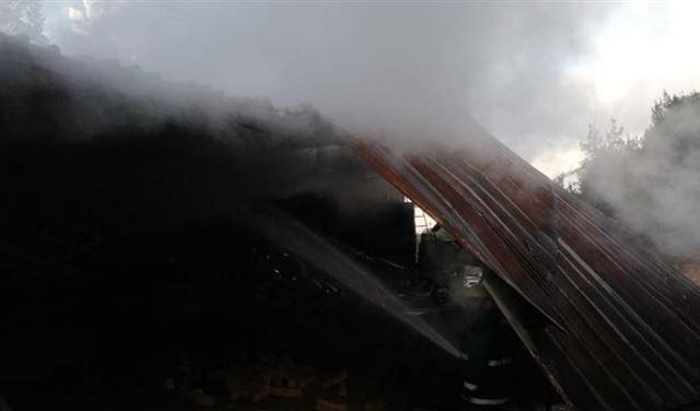 بالصور: حريق داخل معمل في مزرعة يشوع