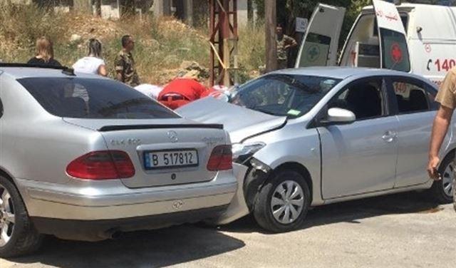 بالصورة: زوجة مختار بلدة بلاط تتعرض لحادث سير
