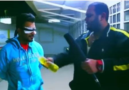 بالفيديو.. مذيع كويتي يشعل النار بشاب!