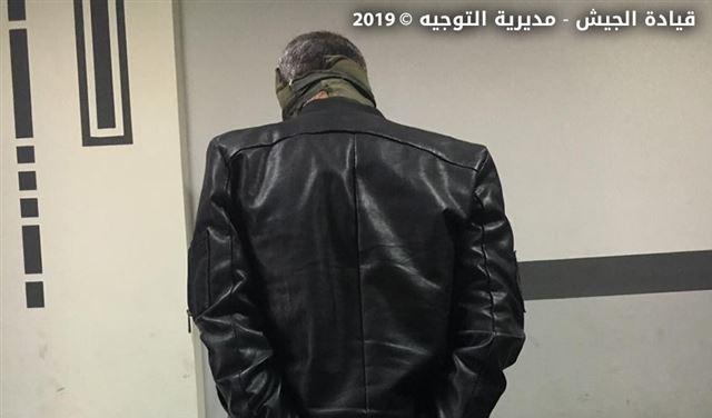 بالصورة: مروج مخدرات في الزلقا في قبضة الجيش
