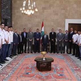 عون يتسلّم كأس بطولة غرب آسيا لكرة السلة